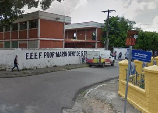 escola 300x214 - Após briga com namorada, homem derruba portão de escola e ameaça funcionários - VEJA VÍDEO
