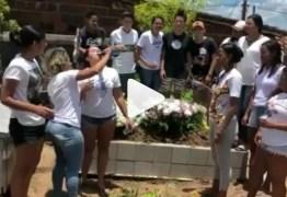 HOMENAGEM OU FALTA DE RESPEITO? Jovens comemoram morte de amiga com bebida e música – VEJA VÍDEO