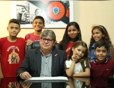 joão azevedo e crianças - 'A juventude está no foco principal desta administração', afirma governador ao receber crianças no Palácio da Redenção