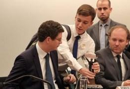 Ministro do Meio Ambiente recebe 'prêmio Exterminador do Futuro' na Câmara dos Deputados