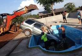 'Ruim de roda'! Bebê pega carro dos pais, liga veículo e joga dentro de piscina