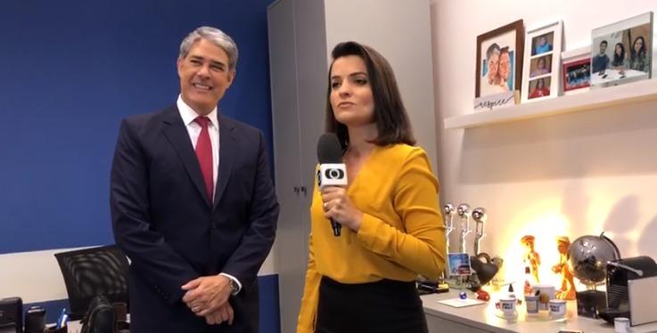 Larissa Pereira presenteia William Bonner com produto artesanal da Paraíba, durante passagem pelo JN