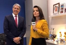 Larissa Pereira presenteia William Bonner com produto artesanal da Paraíba, durante passagem pelo JN – VEJA VÍDEO