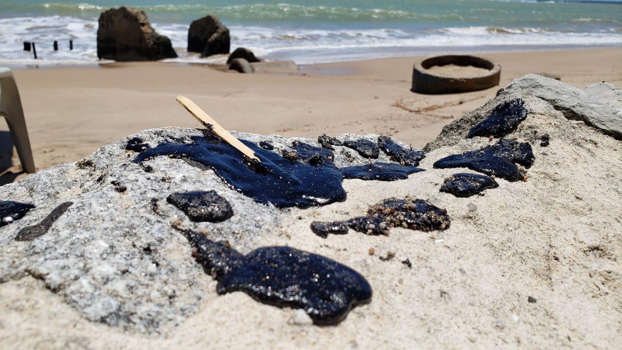 2eb26dfb 2804 41aa afef 78af40cd53b4 - PERIGO EM JP: Óleo atinge praia do Bessa e banhistas alertam sobre material tóxico - VEJA VÍDEO