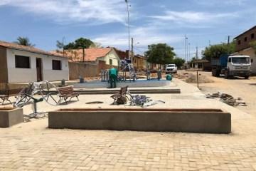 Prefeitura de São José de Piranhas finaliza praça, implanta academia da saúde e segue calçando todo o distrito de Bom Jesus