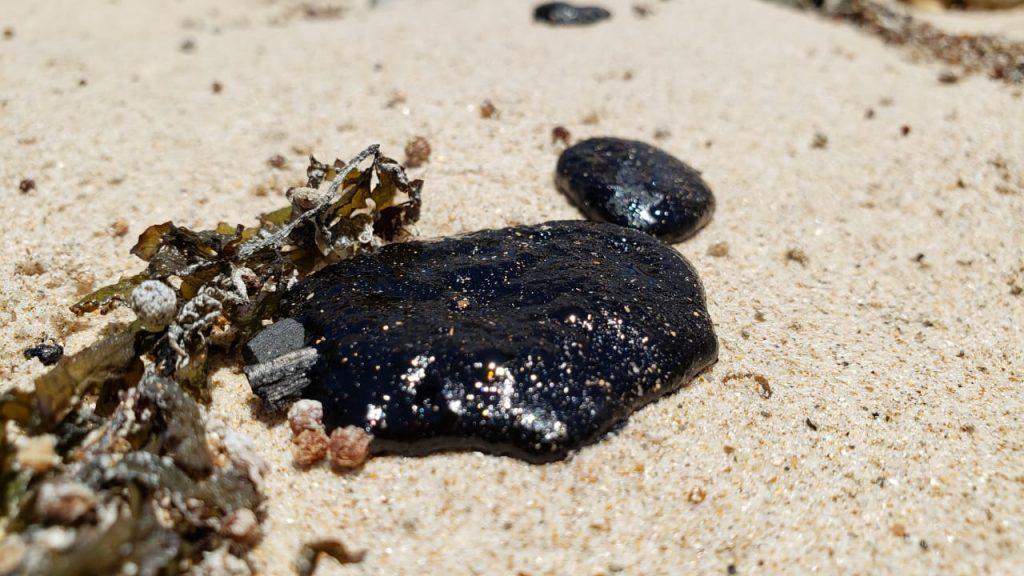 8cf17d3c bdc8 43d7 bfdc e46dcda216d0 1024x576 - PERIGO EM JP: Óleo atinge praia do Bessa e banhistas alertam sobre material tóxico - VEJA VÍDEO
