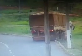 Caminhão sem motorista e com motor desligado desce rodovia e tomba