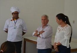 Prefeito participa de encerramento de curso de panetone e alimentação alternativa da Secretaria das Mulheres