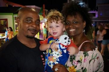 Princeton adoção 1 - 'A polícia era chamada várias vezes, achavam que tínhamos sequestrado ele': Casal que adotou criança branca sofre com preconceito