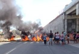 FOGO E TRÂNSITO PARADO: Comerciantes interditam BR 230 em Cabedelo