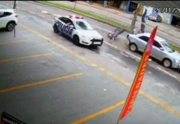 Motociclista em fuga é arremessado em acidente e cai sentado em cima de veículo – VEJA VÍDEO