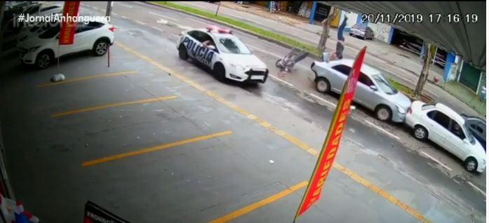 acidente 1 - Motociclista em fuga é arremessado em acidente e cai sentado em cima de veículo - VEJA VÍDEO
