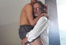 Foto de vovô segurando neto autista de 17 anos no colo emociona internautas