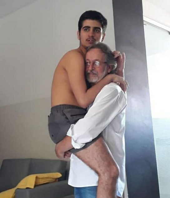 avo colo 1 545x635 - Foto de vovô segurando neto autista de 17 anos no colo emociona internautas