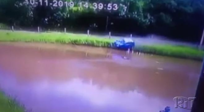 carro açude - ALTA VELOCIDADE: Carro com 4 ocupantes perde controle e cai em açude - VEJA VÍDEO