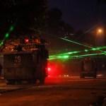 chile protestos laser - JOGO DE LUZES: manifestantes usam laser para desorientar polícia e derrubar drones no Chile - VEJA VÍDEO