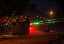 JOGO DE LUZES: manifestantes usam laser para desorientar polícia e derrubar drones no Chile – VEJA VÍDEO