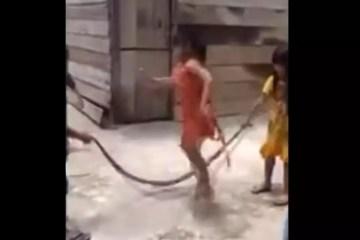 """Crianças são filmadas pulando """"corda"""" com cobra no Vietnã"""