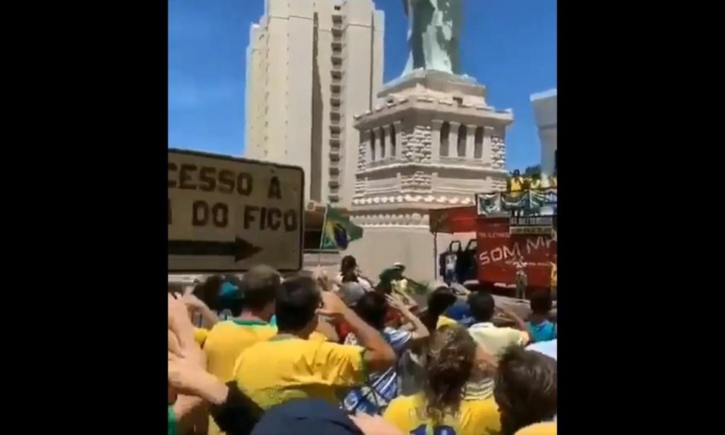 continencia havan 1024x614 - Manifestantes contra o STF batem continência à 'Estatua da Liberdade' da Havan - VEJA VÍDEO