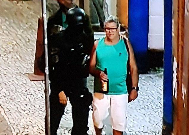 Sequestro em bar: depois de horas feito de refém, homem sai com expressão tranquila e segurando cerveja