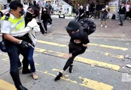 IMAGENS FORTES: Policial de Hong Kong atira em manifestante encapuzado – VEJA VÍDEO