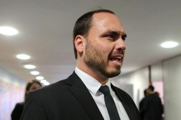 """Carlos Bolsonaro reclama em livraria sobre """"curso de comunismo"""" e ouve: 'é um debate sobre revoluções'"""