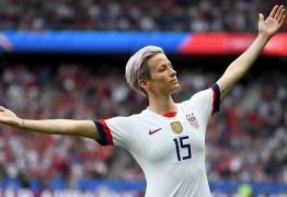 'Ridículas', capitã da seleção americana de futebol feminino critica multas por racismo no esporte