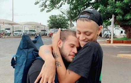 Pabllo Vittar troca carinho com suposto namorado em fotos: 'Meu bebêzinho'