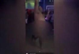 Policial é suspenso após ser flagrado dançando nu em boate nos EUA – VEJA VÍDEO