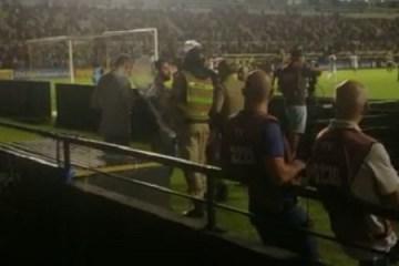 Polícia detém repórter e apreende celular durante jogo da Série B – VEJA VÍDEO