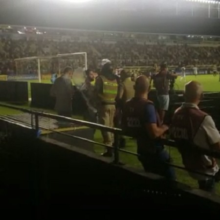 reporter jairo junior e detido por policiais no jogo entre criciuma e parana 1574216979948 v2 450x450 - Polícia detém repórter e apreende celular durante jogo da Série B - VEJA VÍDEO