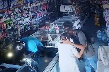 segundo a policia joaquim junior e o suspeito de camisa azul proximo ao caixa  foto reproducao assalto beijo idosa - BEIJOQUEIRO: Preso cúmplice de assaltante que beijou idosa durante roubo