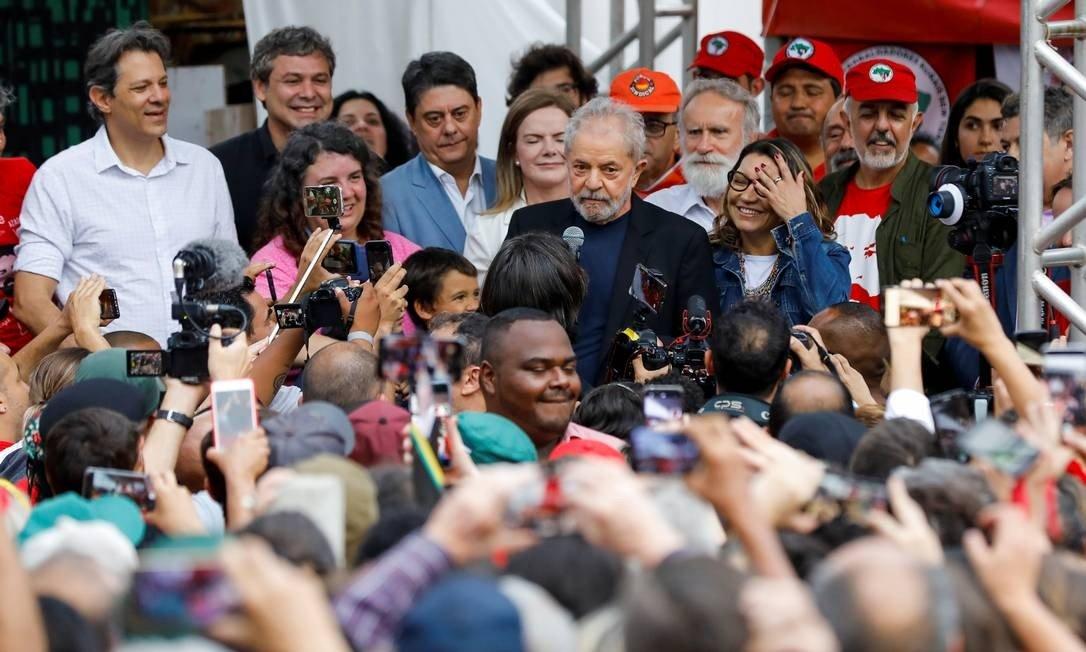 x85594354 Former Brazilian President Luiz Inacio Lula da Silva delivers a speech after being released.jpg.pagespeed.ic .gK5a2dKyAP 1 - FORA DA CADEIA: Lula anuncia volta à política, ataca Bolsonaro e a Lava-Jato