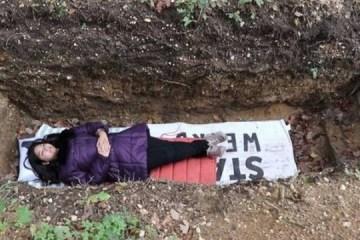xblog grave.jpg.pagespeed.ic .a 3ZvTlh7  - Universidade oferece inusitado método de relaxamento: em cova