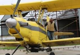 De avião, padre derrama 100 galões de água benta em cidade