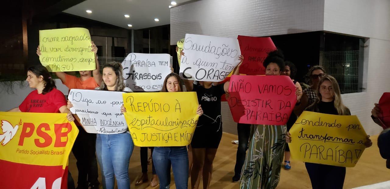 68f9e358 b963 41d7 8379 ca1158c6f76f - Militantes contra e a favor da prisão de Ricardo protestam na sede da Polícia Federal