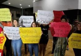 Militantes contra e a favor da prisão de Ricardo protestam na sede da Polícia Federal