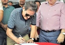 Tião Gomes comemora autorização de pavimentação da PB-087 durante solenidade com governador