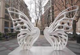 Escultura em Nova York homenageia travesti Dandara dos Santos, vítima de violência
