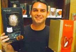 Flávio Bolsonaro lavou até R$ 1,6 milhão em loja de chocolate, diz Ministério Público