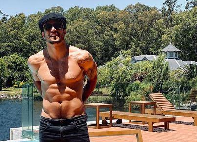 Capturart - Sem camisa, Caio Castro ganha comentário de Grazi e anima fãs: 'Das minhas'