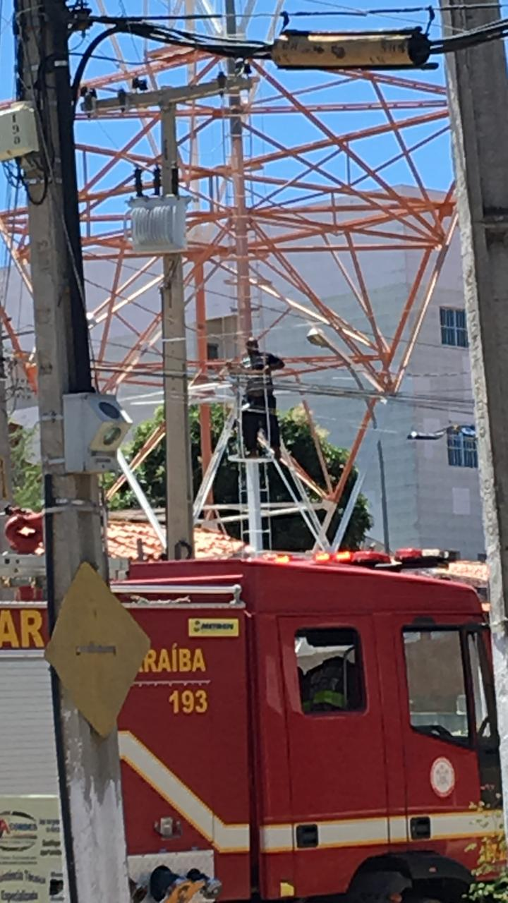 IMG 20191206 WA0096 - Homem sobe em torre de telefonia no centro de Catolé do Rocha