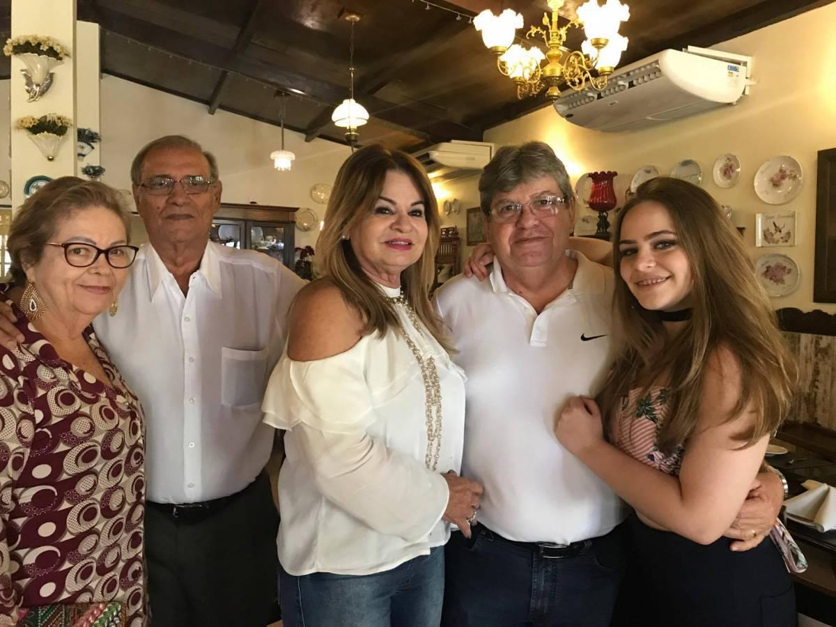 João Azavedo e família - MENSAGEM DE NATAL - João Azevêdo destaca desejo para 2020: 'Que a gente possa ter momentos de paz'