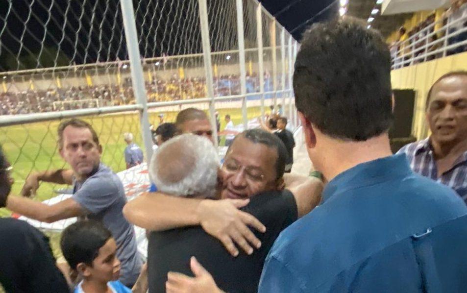 WhatsApp Image 2019 12 01 at 08.08.23 e1575202270638 - COPA DE BAIRROS: Ruy Carneiro e Nilvan Ferreira comparecem à final de jogo em JP e fazem 'corpo a corpo' com torcida