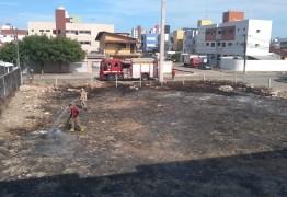 """Moradores de bairro nobre da capital denunciam """"incendiário"""" que toca fogo em terrenos baldios – VEJA VÍDEOS"""