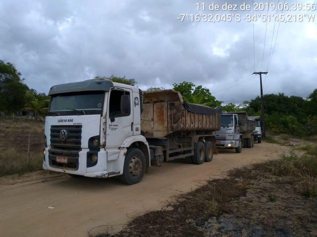 caminhões apreendidos 1024x768 - Polícia desarticula operação ilegal de extração de minérios no Conde