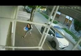 Menino surpreende e dá uma 'bicuda' em assaltante de carro