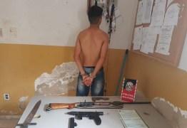Jovem é detido por posse ilegal de arma e Polícia encontra submetralhadora e espada na residência