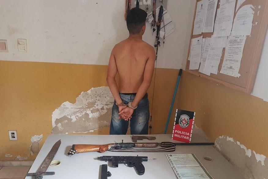 img 20191212 wa0001 - Jovem é detido por posse ilegal de arma e Polícia encontra submetralhadora e espada na residência