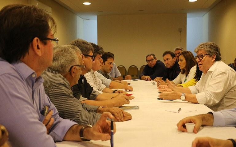 jOÃO - João Azevêdo discute projeto do Centro de Convenções com empresários de Campina Grande